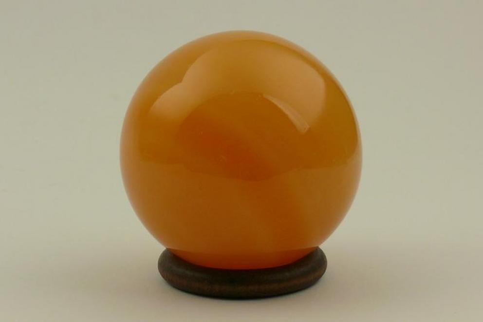 Calciet bol oranje  - Goddelijke Scheppingskracht, incl. houten ring